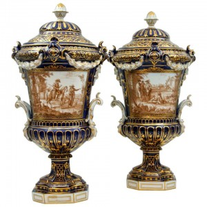 Paire d'importants vases couverts en porcelaine